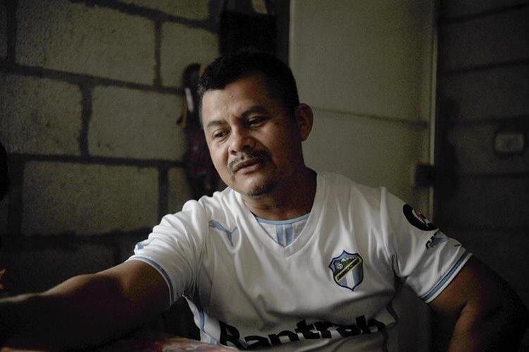 Jerónimo Díaz llora mientras recuerda a su hijo Kevin, aficionado de Comunicaciones, fallecido antes de disputarse el clásico 278 a manos de un grupo de seguidores de Municipal en las cercanías del estadio del Trébol. (Foto Prensa Libre: Edwin Fajardo)