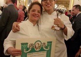 """Las guatemaltecas Milly Bruderer y Wendy Orellana posan con el premio de mejor chef y mejor auxiliar en el concurso """"Trophée Passion"""". (Foto Prensa Libre: Embajada de Francia en Guatemala"""
