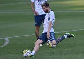 Messi impresionó a sus compañeros con su nuevo tatuaje. (Foto Prensa Libre: AP)