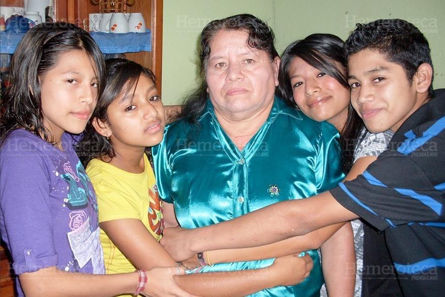 05/05/2013. Abuelas se vuelven madres de sus nietos, los cuidan y educan a la vez. (Foto: Hemeroteca PL)