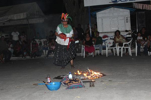"""<p>Una sacerdotista maya prepara el fuego sagrado. (Foto Prensa Libre: Felipe Guzmán)<br _mce_bogus=""""1""""></p>"""