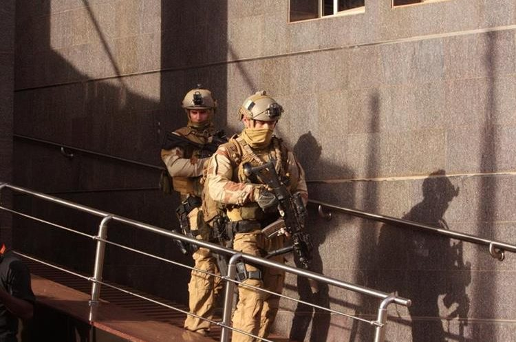 Soldiers leave the Radisson Blu hotel, after assisting Mali soldiers during an attack by gunmen on the hotel in Bamako, Mali, Friday, Nov. 20, 2015. Islamic extremists armed with guns and grenades stormed the luxury Radisson Blu hotel in Mali