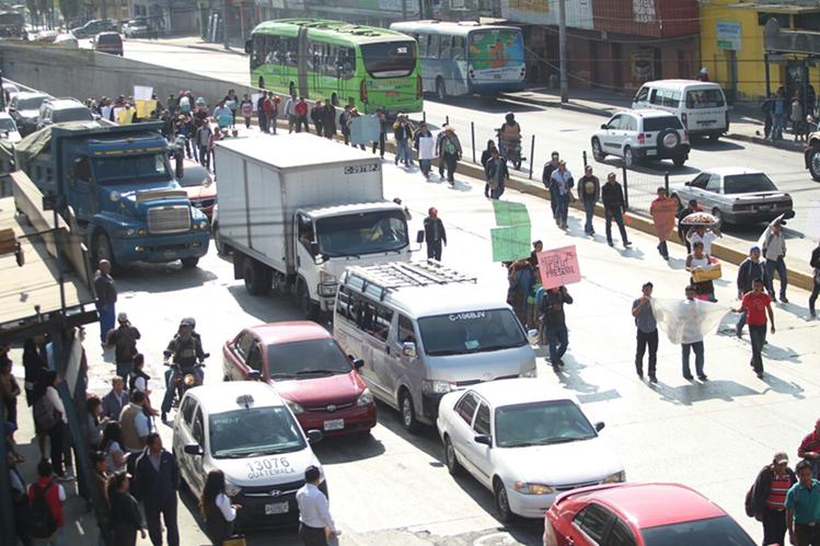Pobladores de Alta Verapaz durante su recorrido por la Calle Martín. (Foto Prensa Libre: Erick Ávila)