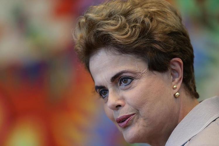 La presidenta suspendida Dilma Rousseff, durante una conferencia de prensa a medios extranjeros a inicios de junio. (Foto Prensa Libre: AP).