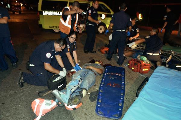 Dos presuntos asaltantes chocaron de frente contra un bus urbano en zona 9, al huir de una autopatrulla de la PNC. (Foto Prensa Libre: cortesía Bomberos Municipales)