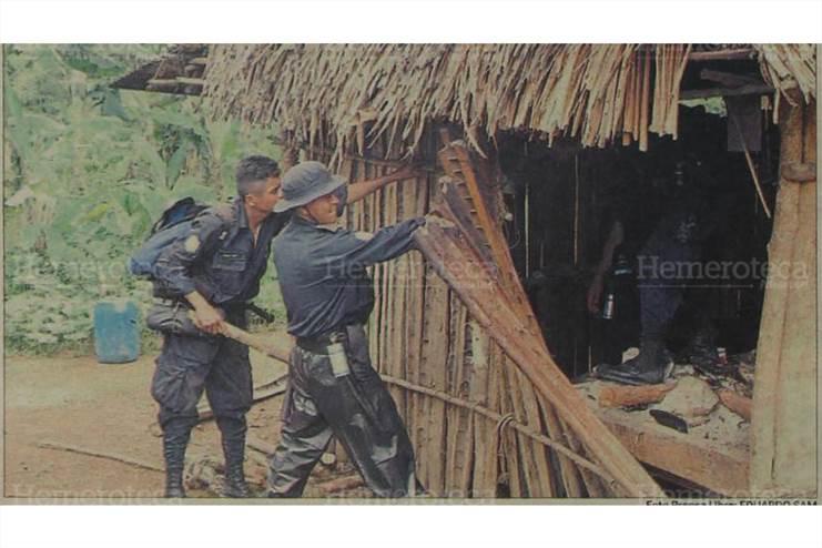 Elementos de la Policía Nacional Civil proceden a desmontar una champa. (Foto: Hemeroteca PL)
