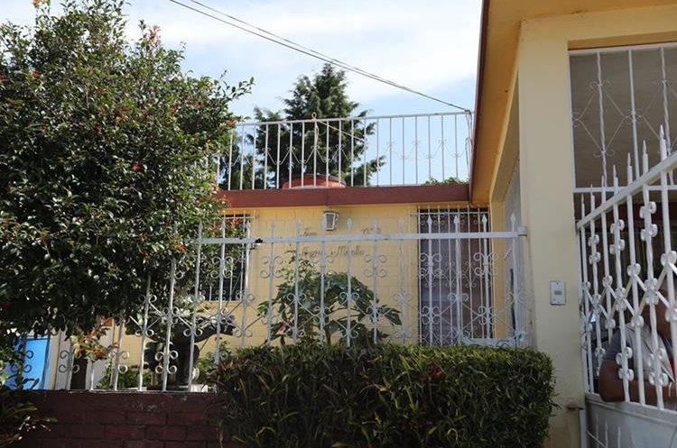 """Todavía se encuentra la inscripción en la fachada de la casa donde se lee """"Familia Arjona Morales"""". (Foto Prensa Libre, Brenda Martínez)."""