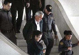 El expresidente Otto Pérez Molina desciende por las gradas del lobby de la Corte Suprema de Justicia, después de la jornada número 21 de la audiencia de primera declaración por el caso Cooptación del Estado.
