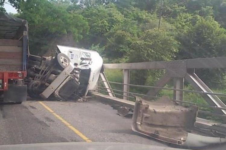 Lugar donde ocurrió el percance en el km 106 de la ruta al Atlántico. (Foto Prensa Libre: @jcsisl)