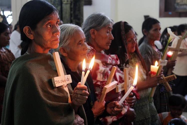 Mujeres indígenas buscan a sus familiares desaparecidos durante el conflicto armado interno. (Foto Prensa Libre: Hemeroteca PL)