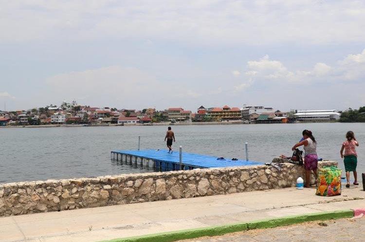 Los alrededores del lago Petén Itzá lucen limpios luego del paso del tren de aseo de San Benito y Ciudad Flores. (Foto Prensa Libre: Rigoberto Escobar)
