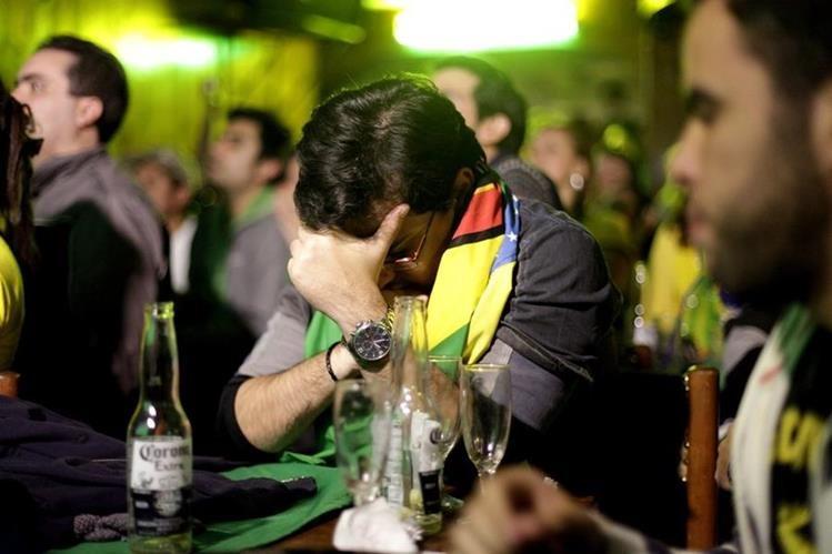 Un aficionado brasileño se lamenta tras la dolorosa eliminación de la Copa América. (Foto Prensa Libre: EFE)