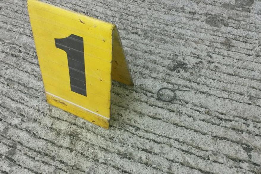 Parte de la granada lanzada al predio de los Transportes Esmeralda, en Santa Lucía Cotzumalguapa. (Foto Prensa Libre: Carlos E. Paredes)