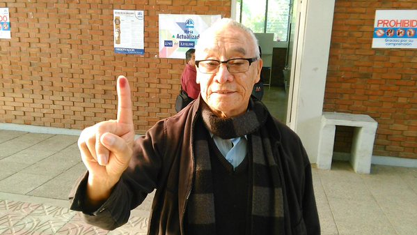 José Pinzón muestra su dedo luego de emitir su voto. (Foto Prensa Libre: Carlos Álvarez)