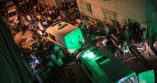 Socorroristas y autoridades turcas axilian a las personas heridas en el atentado.