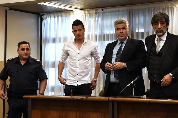 Alexis Zárate -Blanco- escucha la sentencia a seis años y medio de presión por abuso sexual. (Foto Prensa Libre: AFP)