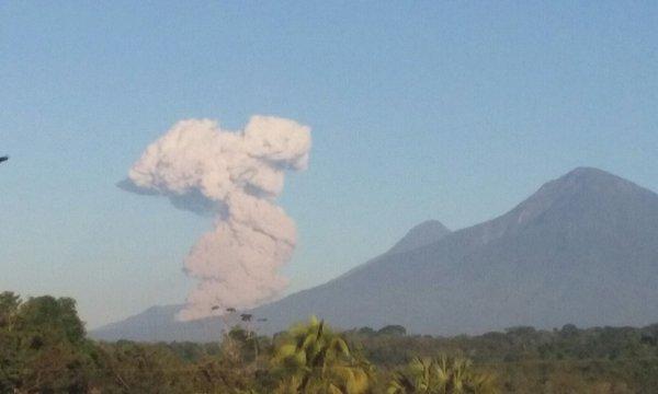 Comunidades cercanas al volcán Santiaguito han sido alcanzadas por partículas de ceniza.