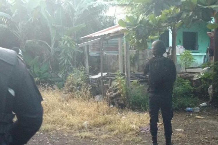 Agentes de la PNC rodean viviendas allanadas en varios puntos del país, en busca de presuntos secuestradores. (Foto Prensa Libre: PNC)