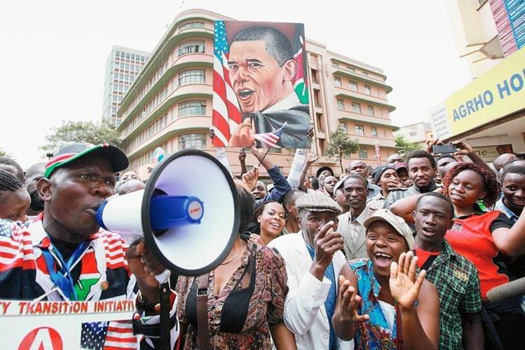 Kenianos se reúnen para presenciar la visita del presidente estadounidense Barack Obama en Nairobi, Kenia.(Foto Prensa Libre:EFE)
