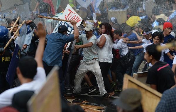 "La Policía se enfrenta <span class=""hps"">con los manifestantes</span> <span class=""hps"">en Manila, Filipinas.</span>"