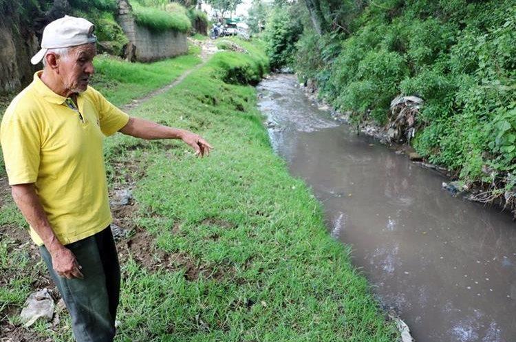 Un vecino explica que el río Seco es contaminado frecuentemente por procesadoras de pieles. (Foto Prensa Libre: Carlos Ventura)