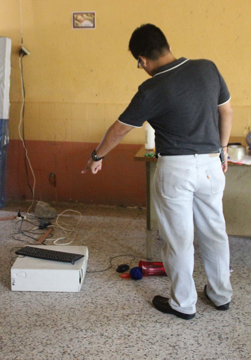 Una computadora fue localizada en el suelo de una de las aulas de la escuela saqueada en Gualán. (Foto Prensa Libre: Julio Vargas)