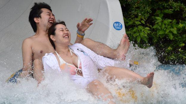 Los japoneses que hablaron con la BBC admitieron que les cuesta hablar de sexualidad. GETTY IMAGES