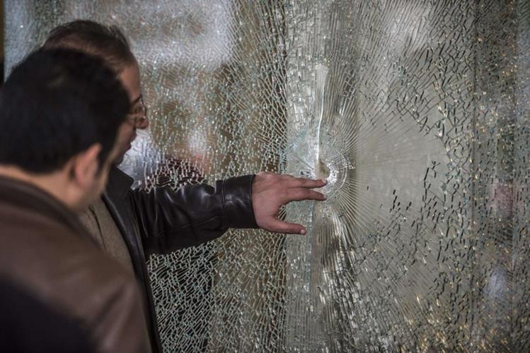 Forenses inspeccionan el área donde ocurrió el ataque. (Foto Prensa Libre: AFP).