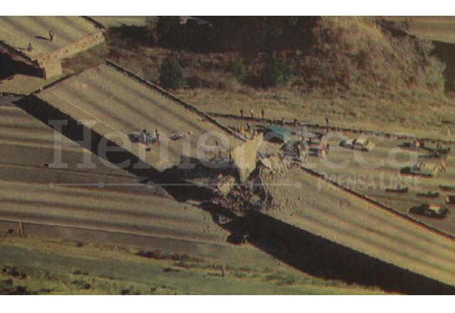 Detalle de la portada de Prensa Libre del 18 de enero de 1994 donde aparece la magnitud de los daños del Terremoto, el puente que conecta las autopistas 5 y 14, parcialmente destruido. (Foto: Hemeroteca PL)
