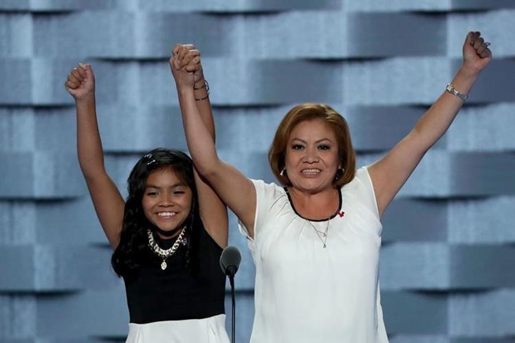 Karla Ortíz, 11, junto a su madre Francisca Ortiz, en el comienzo de la Convención Demócrata. (Foto Prensa Libre: AFP).