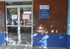 Rótulo informa sobre suspensión de visitas en el Hospital Nacional de Chiquimula. (Foto Prensa Libre: Edwin Paxtor).