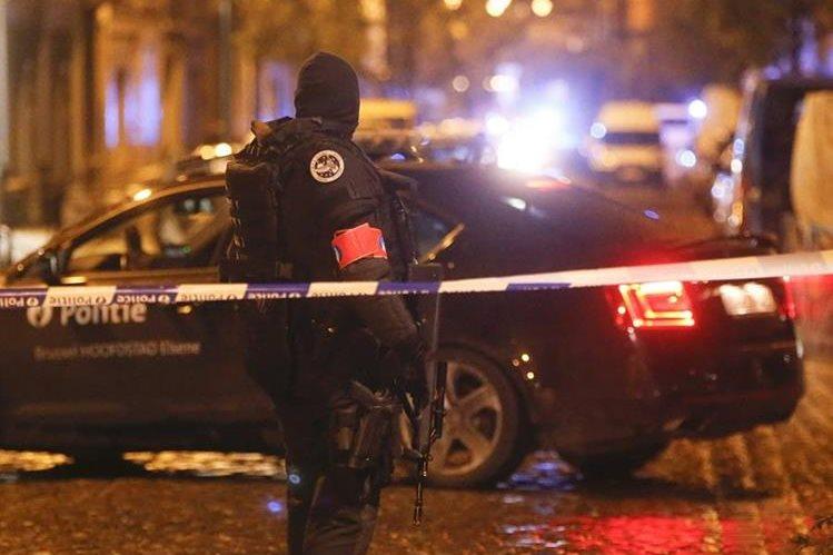 Un agente participa en los operativos de este domingo en Bruselas. (Foto Prensa Libre: EFE)