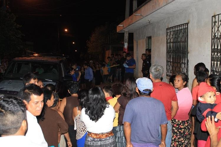 Las autoridades investigan la muerte de Juana González, en la zona 3 de Escuintla. (Foto Prensa Libre: Carlos Paredes)