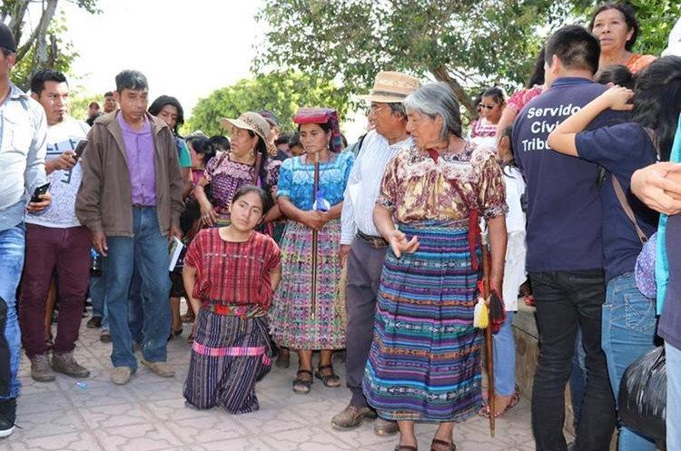 Salvador se hincó y dio dos vueltas en el Parque La Unión, como parte del castigo. PRENSA LIBRE / HÉCTOR CORDERO