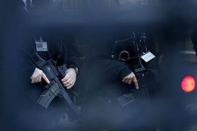Policías fuertemente armados custodian las calles de la capital belga, Bruselas. (Foto Prensa Libre: AP).
