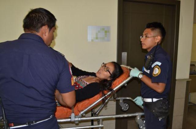 Nadia Rodas es atendida por técnicos de urgencias médicas. (Foto Prensa Libre: CBM)