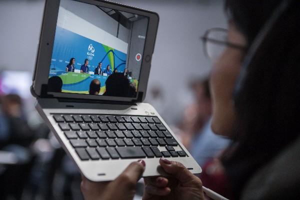 Los periodistas han tenido complicaciones para transmitir la información. (Foto Prensa Libre: AFP)