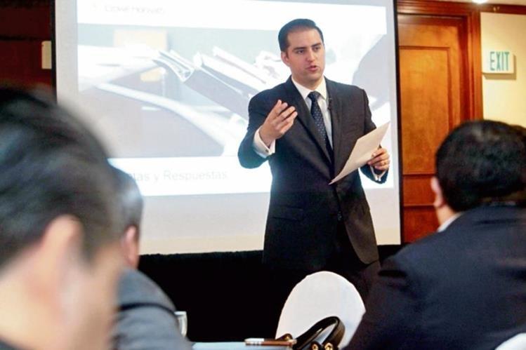 Adrián Romero, experto internacional en precios de transferencia, se dirige a empresarios asistentes.