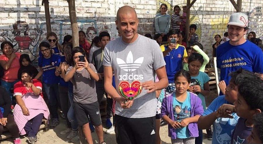 El francés David Trezeguet compartió con niños en Perú, en donde se elegirá la sede para los Olímpicos del 2024. (Foto Prensa Libre: Diario el Comercio)