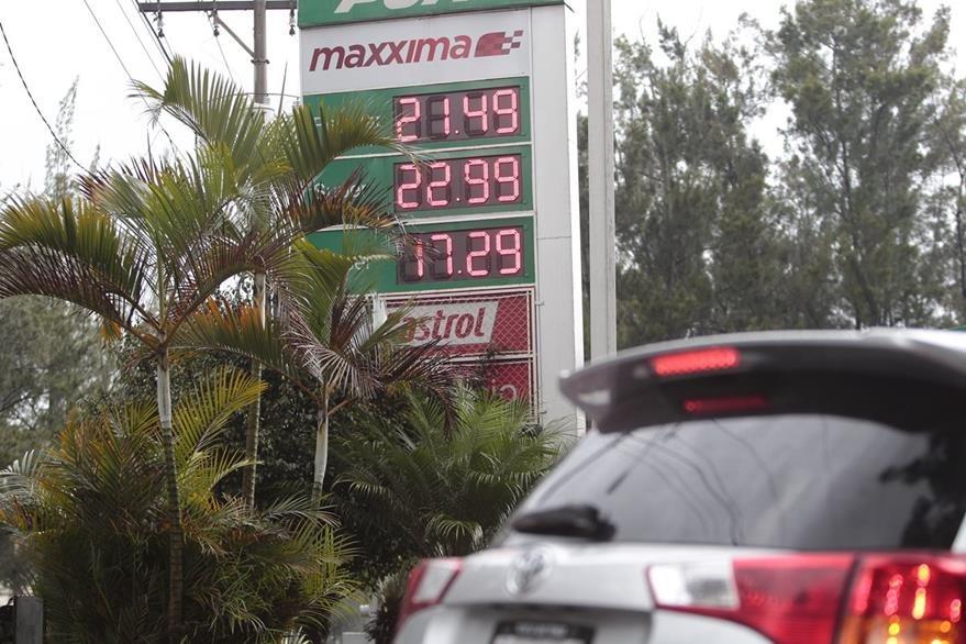 Precios de combustibles en distintas gasolineras muestran una baja de 50 centavos.   (Foto Prensa Libre: Érick Ávila).