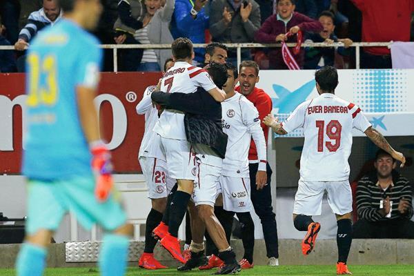 Los jugadores del Sevilla festejaron así el segundo gol ante el Barcelona. (Foto Prensa Libre: EFE).