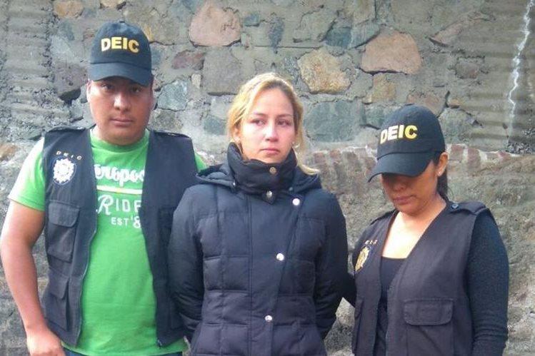 María Romero, de 24 años, detenida en la zona 13 pues según la Policía planificaba matar a Marlon Puente, Pirulo. (Foto Prensa Libre: PNC)