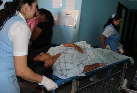 La funcionaria fue trasladada al Hospital Nacional Jutiapa. (Foto Prensa Libre: Óscar González)