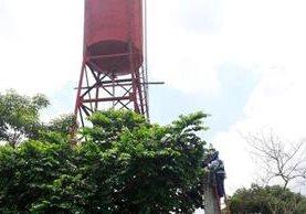 Un técnico de Energuate al momento de hacer la reconexión del servicio de agua entubada. (Foto Prensa Libre: Whitmer Barrera)