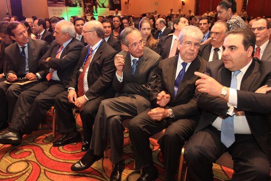 El expresidente Tony Saca (d), durante una actividad en Guatemala con el expresidente de ese país, Alvaro Colom (d) y el exvicepresidente Rafael Espada (c). Foto: Hemeroteca PL).