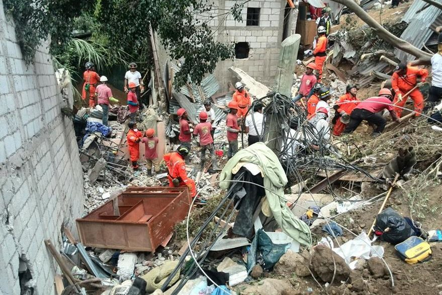 Las casas quedaron destruidas por la fuerza de la tierra que cayó de la montaña. (Foto Prensa Libre: Edwin Bercián)