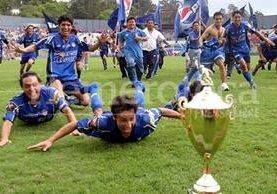 Los jugadores cobaneros se tiraron a la gramilla del estadio Mateo Flores para festejar el primer título de su historia. (Foto: Hemeroteca PL)