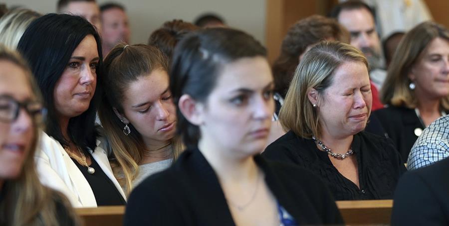 Parientes del joven Conrad Roy lloran durante el juicio por su muerte. (Foto Prensa Libre: AP)