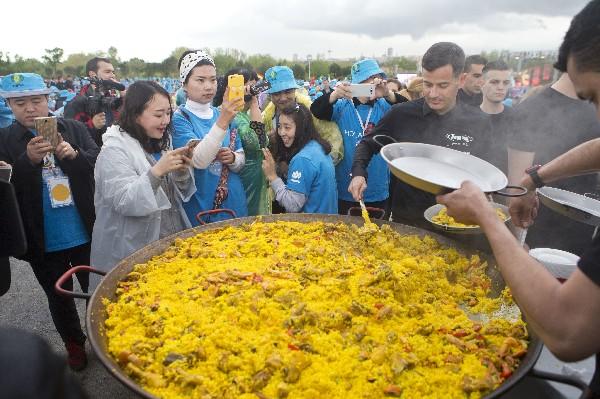 Empleados del grupo chino Tiens disfrutan de una cena de paella en España.(AP)
