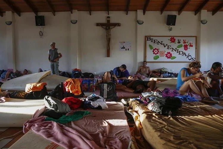 Cubanos se encuentran en el albergue en La Cruz, Guanacaste, Costa Rica. (Foto HemerotecaPL).